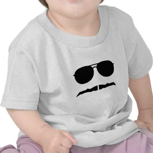 gafas de sol y 'stache camiseta