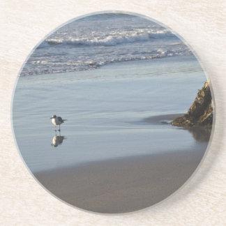 Gaitero de la arena en la playa posavasos personalizados