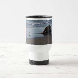 Gaitero de la arena en la playa taza de café