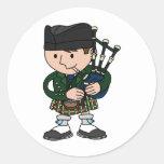 Gaitero escocés que toca las gaitas pegatina redonda