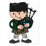 Gaitero escocés que toca las gaitas postal