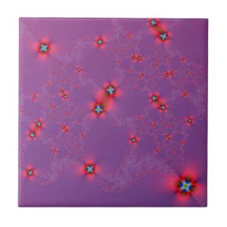 Galaxia de la flor en rojo en la teja violeta