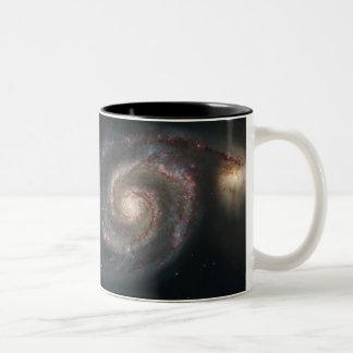 Galaxia de Whirlpool (M51) y galaxia del compañero Taza Dos Tonos