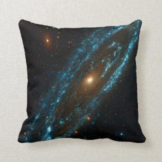 Galaxia en colores pastel del espacio del gótico almohada