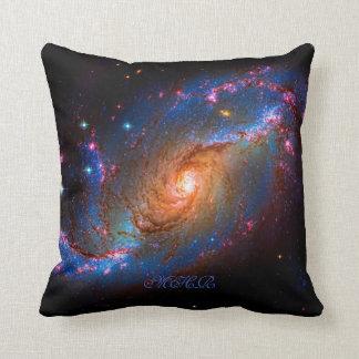 Galaxia espiral barrada monograma NGC 1672 Cojín Decorativo