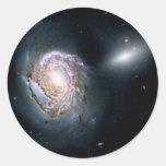 Galaxia espiral NGC 4911 en el racimo de la coma Pegatina Redonda