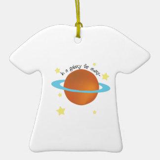 Galaxia lejos adorno de cerámica en forma de camiseta