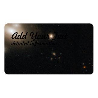 Galaxia lenticular en el racimo de la coma con tarjetas de visita