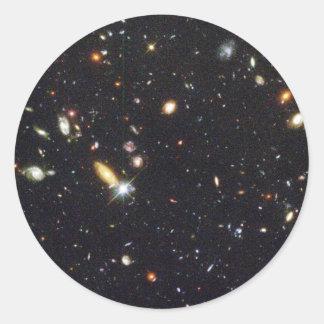 Galaxias innumerables de nuevo al principio del pegatina redonda