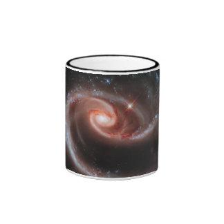 Galaxias que obran recíprocamente del Arp 273 Taza De Dos Colores