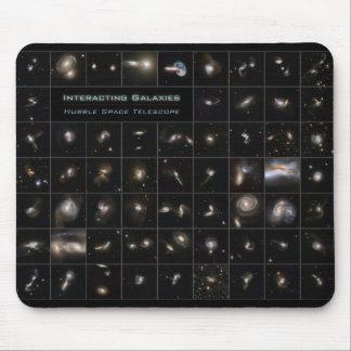 Galaxias que obran recíprocamente tapetes de raton