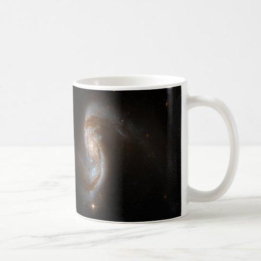 Galaxias que obran recíprocamente tazas de café