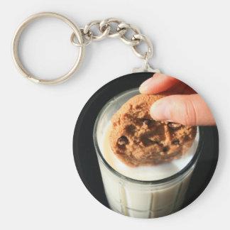 Galleta y un vidrio de llavero de la leche