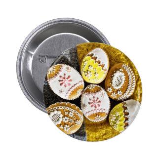 Galletas formadas del huevo de Pascua en la placa  Pins