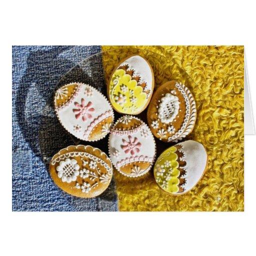 Galletas formadas del huevo de Pascua en la placa  Tarjeta