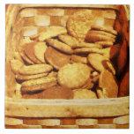 Galletas rápidas del jengibre en cesta azulejo cerámica