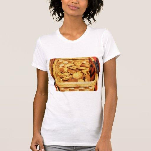 Galletas rápidas del jengibre en cesta camisetas