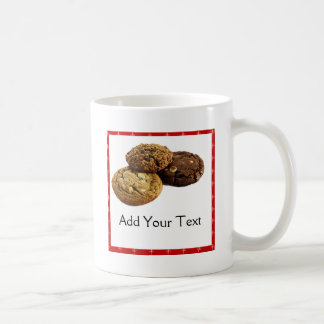 Galletas y otros postres deliciosos en rojo tazas de café