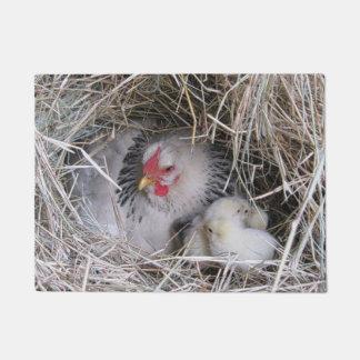 Gallina de la madre con los nuevos polluelos felpudo