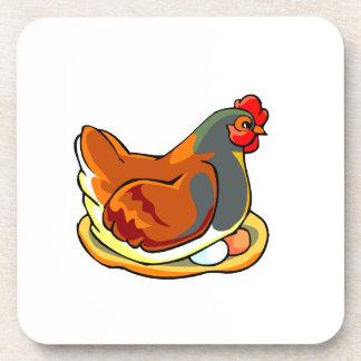 gallina que se sienta en diseño de dos huevos posavaso