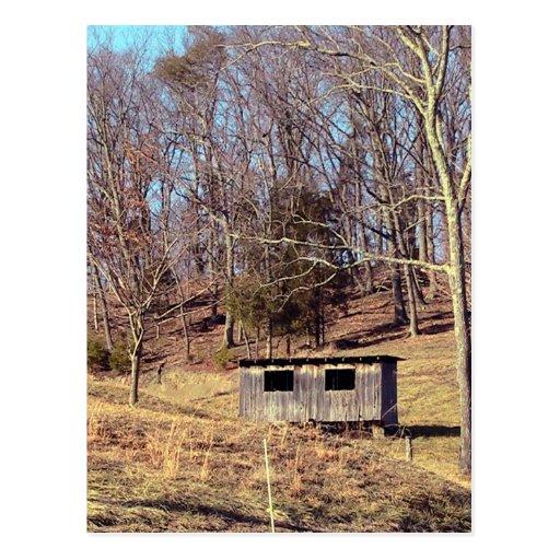 Gallinero de pollo abandonado en la montaña postales