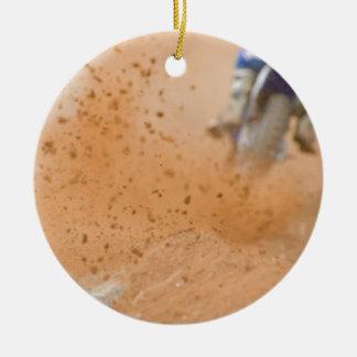 Gallinero del motocrós adorno navideño redondo de cerámica