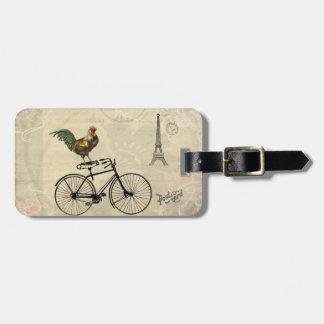 Gallo del vintage que monta una bici por la torre etiqueta para maleta