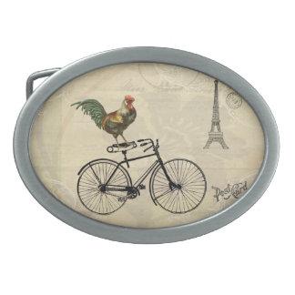 Gallo del vintage que monta una bici por la torre  hebilla cinturon oval