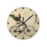 Gallo del vintage que monta una bici por la torre  reloj