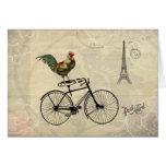 Gallo del vintage que monta una bici por la torre tarjeta de felicitación