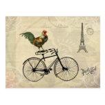 Gallo del vintage que monta una bici por la torre postal