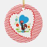 Gallo portugués con los lunares rojos adornos