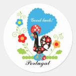 Gallo portugués de la suerte pegatina redonda