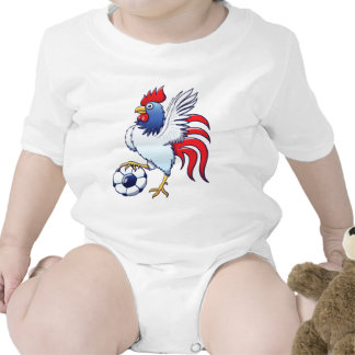 Gallo que presenta y que camina en un balón de traje de bebé