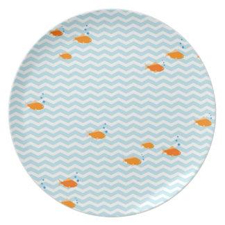 Galón azul caprichoso con los pescados del oro platos para fiestas