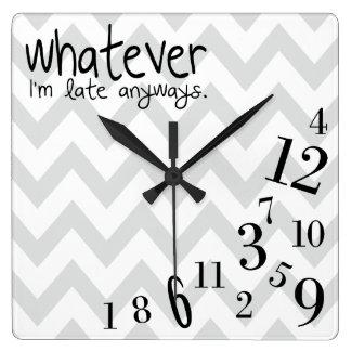 galón gris y blanco lo que - reloj cuadrado
