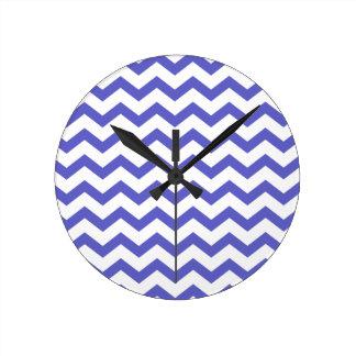 Galones azules y blancos clásicos reloj redondo mediano