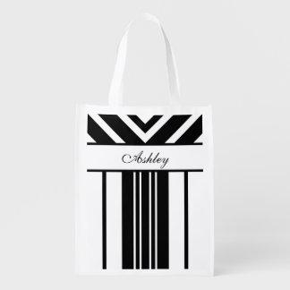 Galones blancos y negros de las rayas con su bolsas de la compra