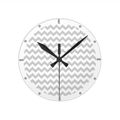 Galones grises en el reloj de pared blanco