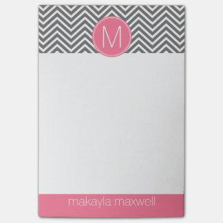 Galones grises y rosados con el monograma de nota post-it
