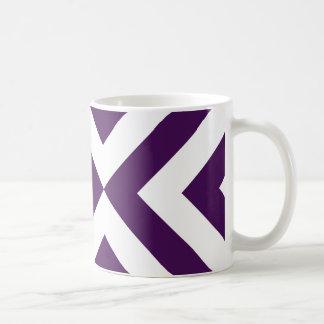 Galones púrpuras y blancos taza básica blanca