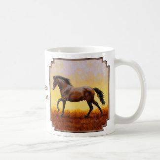 Galope oscuro del caballo del semental de la bahía taza