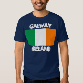 Galway, Irlanda con la bandera irlandesa Playera