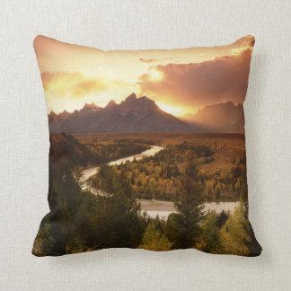 Gama de Teton en la puesta del sol, del río Snake Cojín