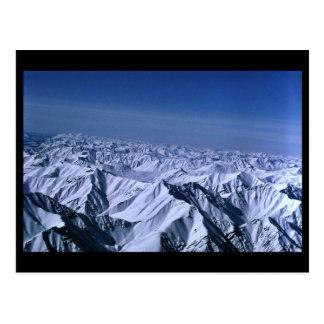 Gama nevada de los arroyos de los picos de montaña postal