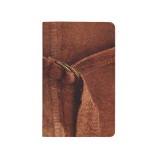 Gamuza marrón con la correa y la hebilla cuadernos grapados