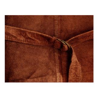 Gamuza marrón con la correa y la hebilla postal