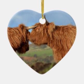 Ganado escocés de la montaña adorno navideño de cerámica en forma de corazón