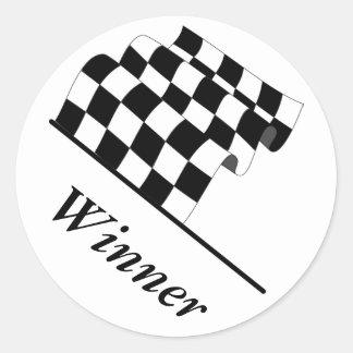 Ganador de la raza de la bandera que agita a pegatina redonda