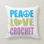 Ganchillo del amor de la paz cojin